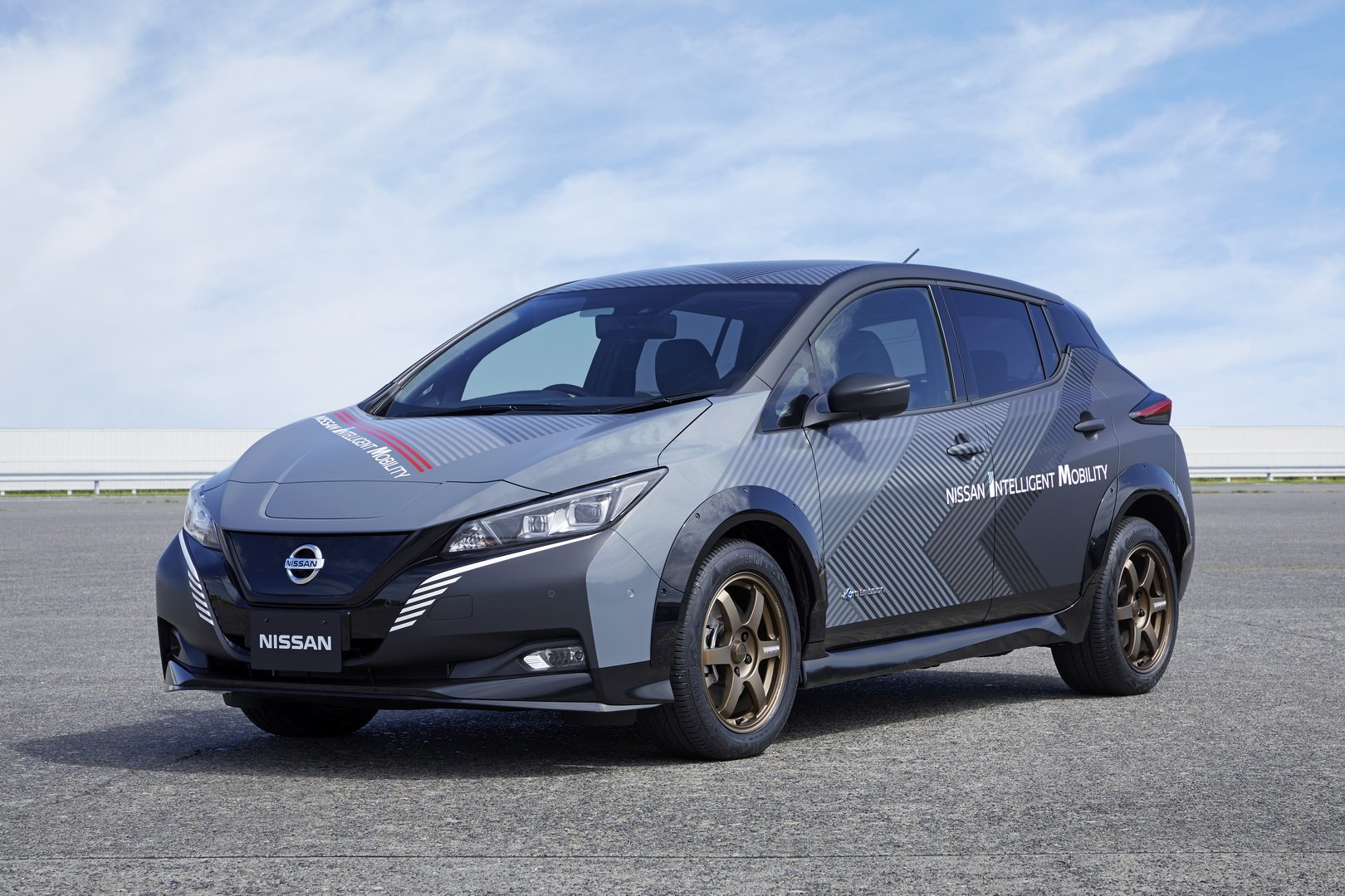 62e1ffb4-nissan-leaf-test-car-twin-motor-3