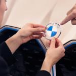Új BMW emblémát mutat be az elektromos i4 koncepció
