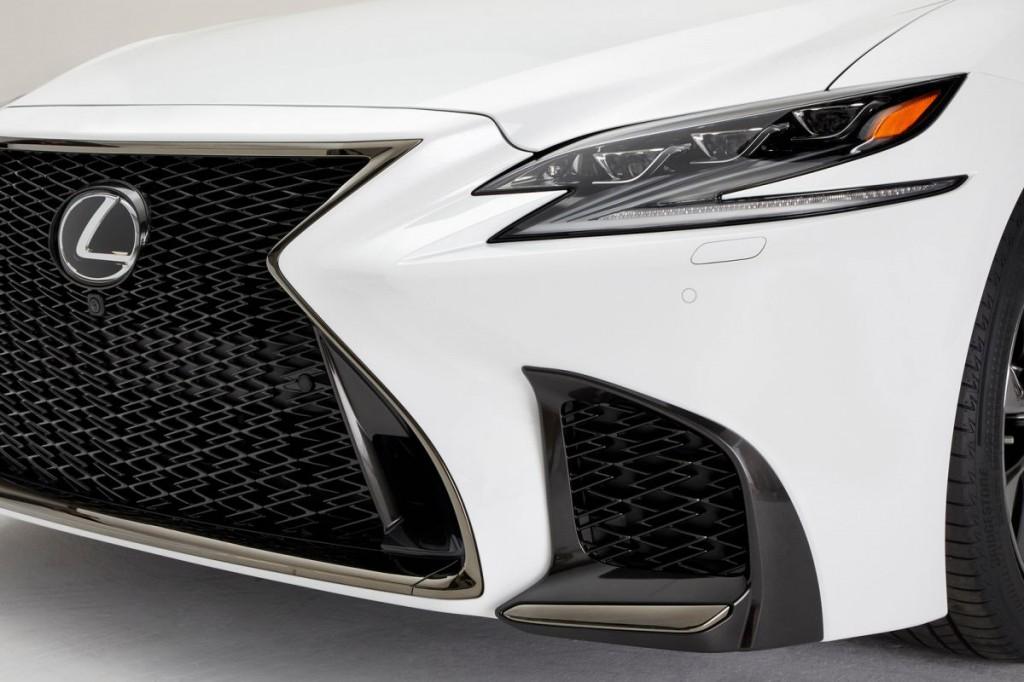 Autóbemutató: Lexus  LS F-Sport – pályaversenyző öltönyben