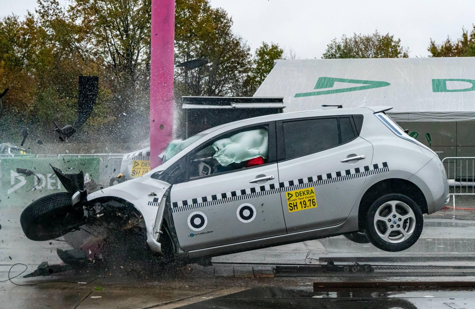 Nissan-Leaf-in-Dekra-frontal-crash-test-at-84-kph-2