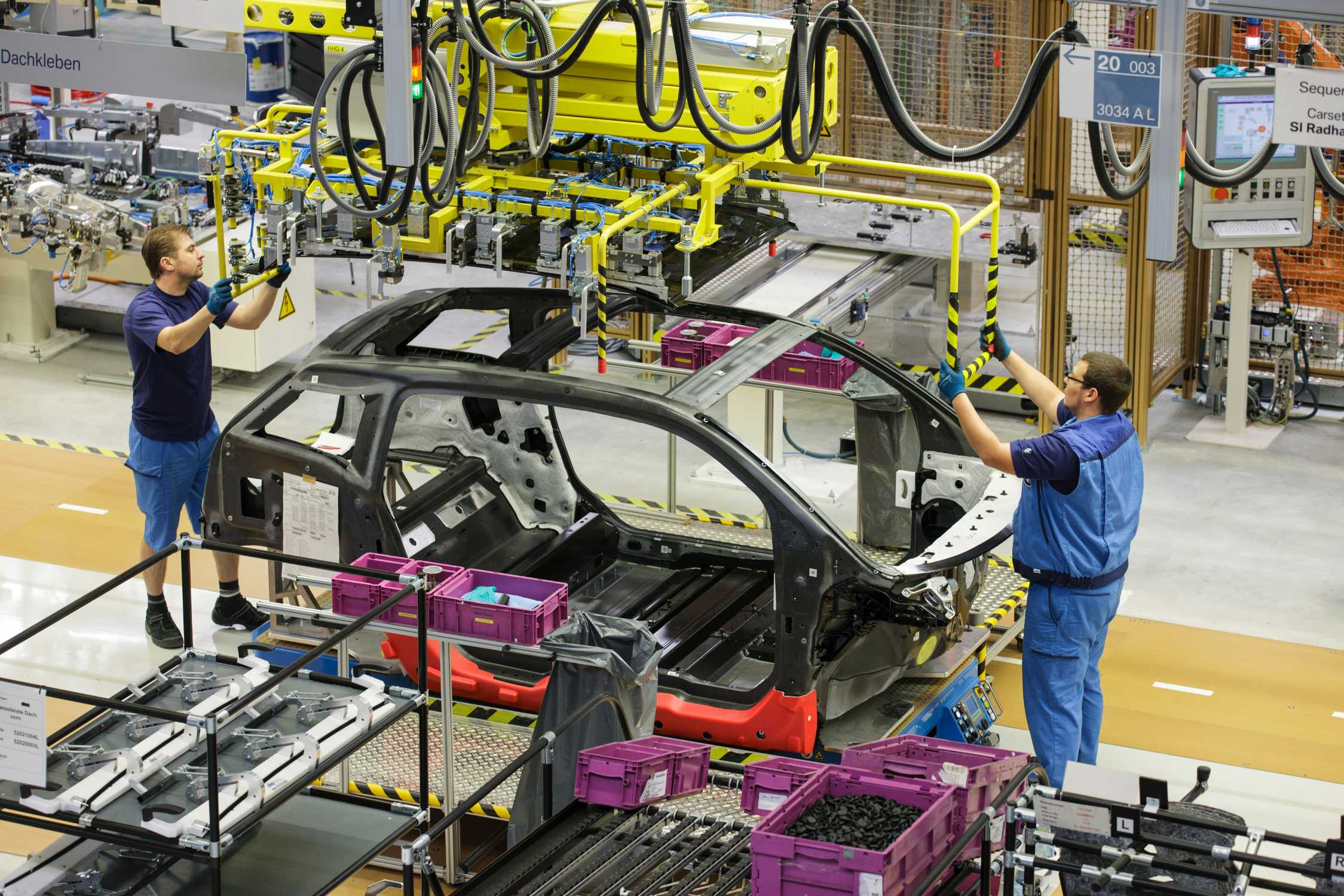 P90379385-bmw-i3-production-plant-leipzig-assembly-09-2013-2249px