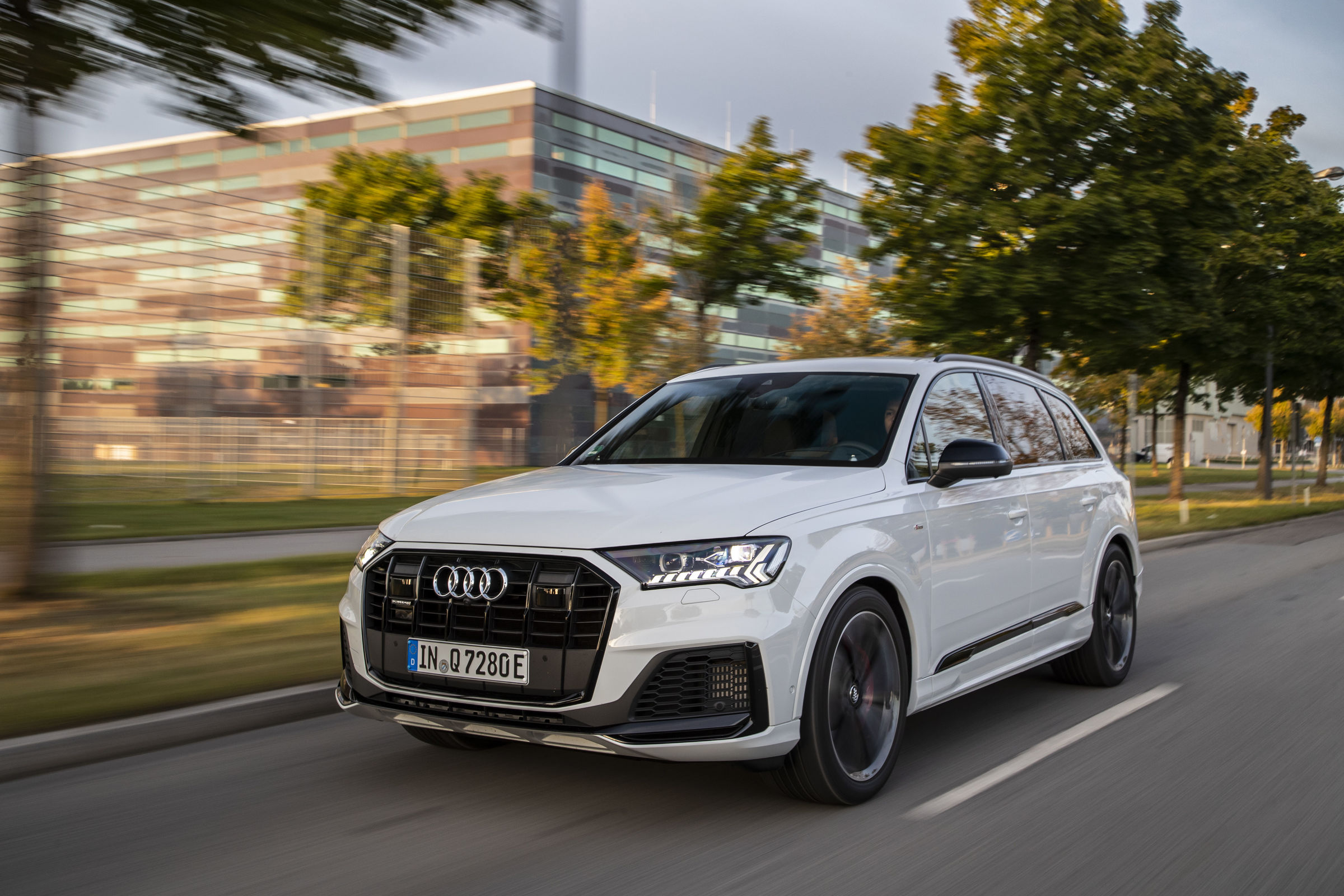 audi-electrifies-q7-with-two-phev-models-the-55-tfsie-and-60-tfsie-139629_1