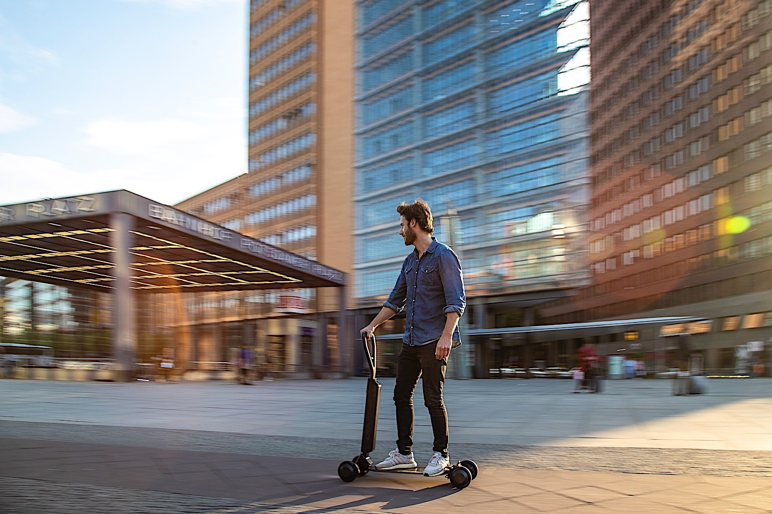 audi-to-give-this-scooter-skateboard-hybrid-for-free-to-e-tron-car-buyers_3