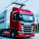 Áramszedős elektromos kamionokat tesztelnek Angliában
