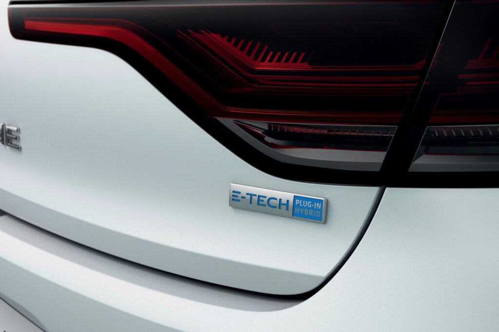 renault-megane-iv-estate-e-tech-plug-in-badge-e-tech-1024x682